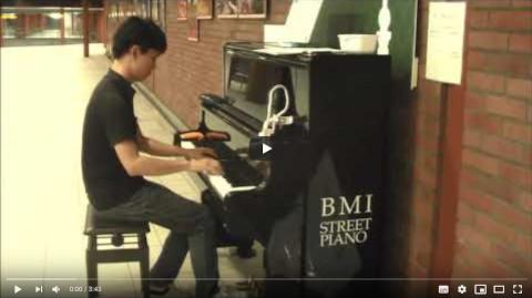ご当地ソング[恋人も濡れる街角]@馬車道 BMI ストリートピアノ